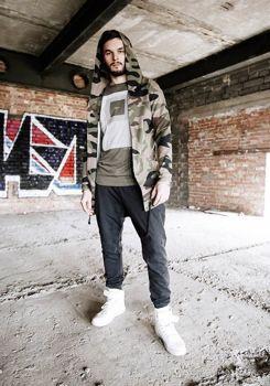 Stylizace č. 183 - mikina s kapucí, tričko s potiskem, baggy kalhoty, tenisky
