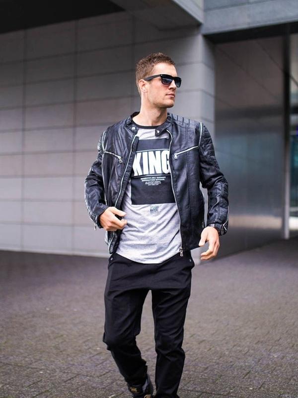 Stylizace č. 276 - sluneční brýle, hodinky, kožená bunda, tričko s potiskem, jogger kalhoty