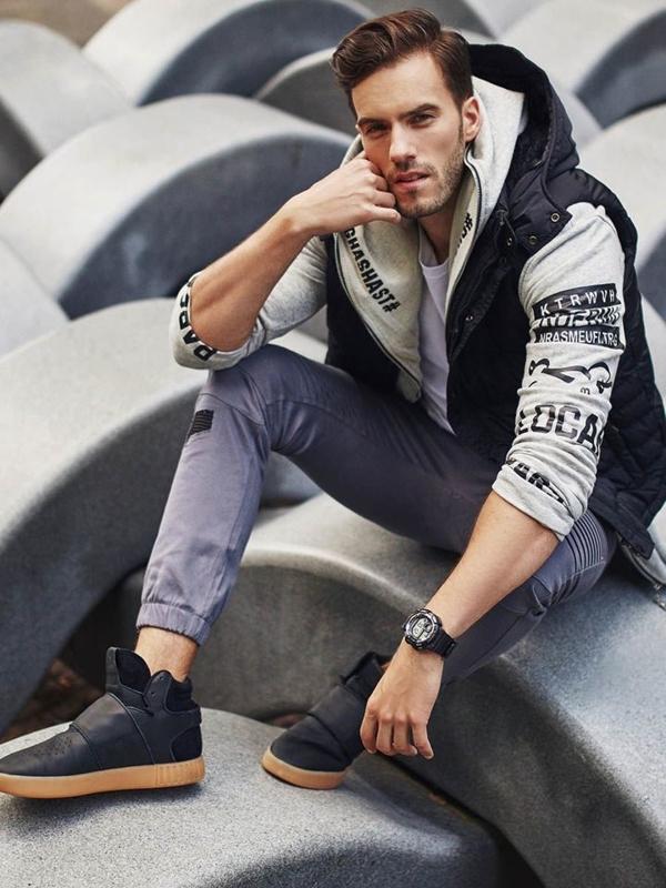 Stylizace č. 317 - hodinky, rošívaná vesta s kapucí, mikina s kapucí, tričko s dlouhým rukávem, jogger kalhoty