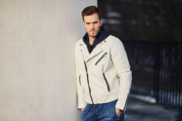 Stylizace č. 420 - koženková bunda, mikina s kapucí, teplákové jogger kalhoty, hodinky