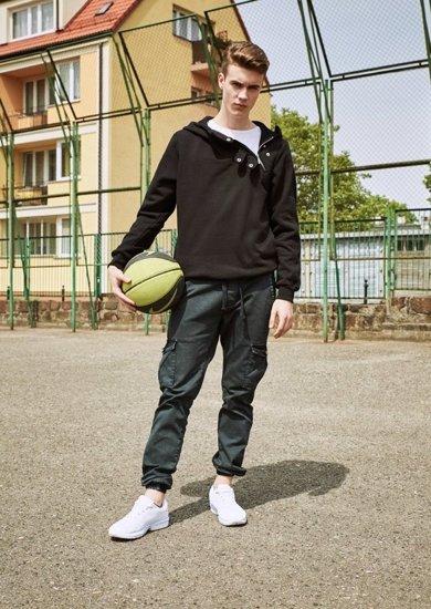 Stylizace č. 8 - mikina s kapucí, tričko, jogger kalhoty, obuv